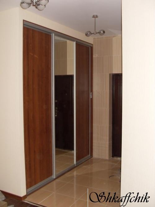 Встроенный шкаф купе в прихожую.  Три двери в алюминиевом профиле: две двери из ЛДСП; одна дверь зеркальная.  27000.